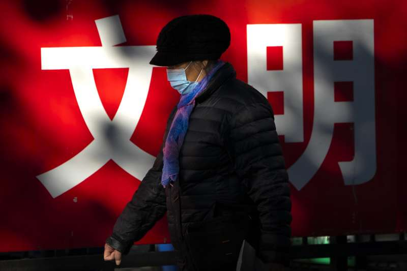 中國疫情:北京市民出門戴口罩(AP)