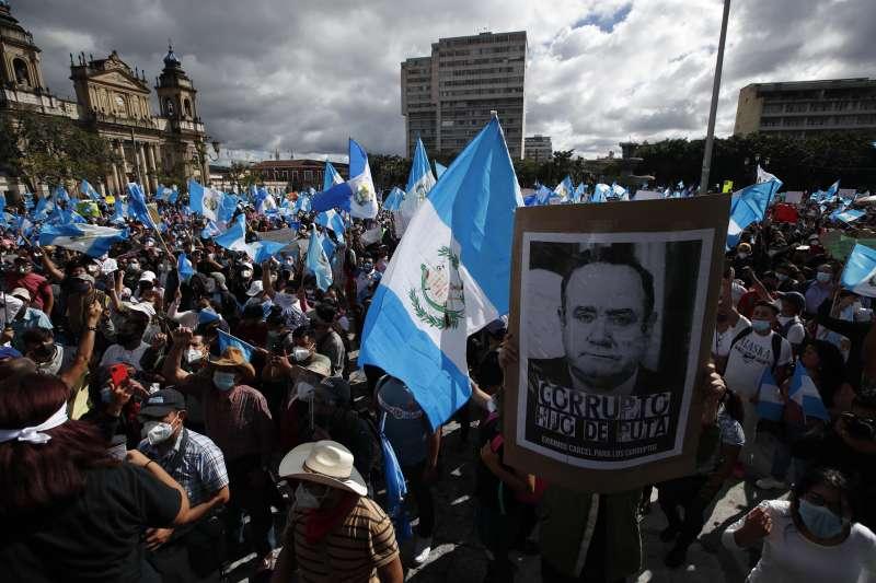 瓜地馬拉民眾不滿政府抗疫不力和國會通過史上金額最高預算案,示威要求總統賈麥岱下台(AP)