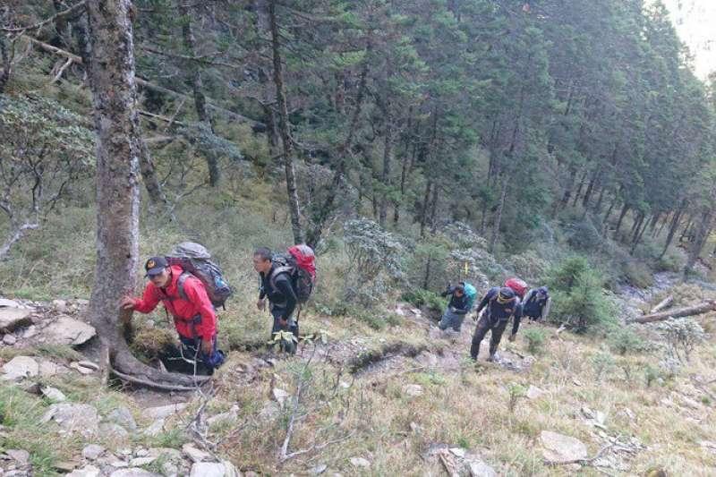 日前1支前往畢祿山以及羊頭山單攻「畢羊縱走」的7人登山團發生意外,1名葉姓女子不幸落隊罹難。圖為救難隊。(花蓮縣消防局提供)