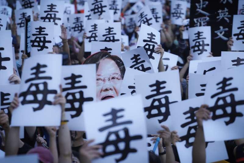 20201122-秋鬥遊行,秋鬥大隊隊伍於民進黨中央黨部前高舉手牌發表訴求。(陳品佑攝)