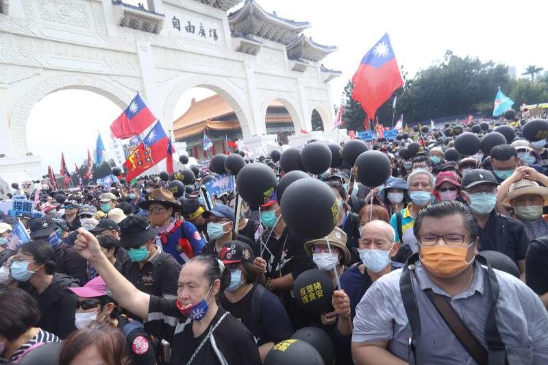 20201122-秋鬥遊行,國民黨大隊隊伍於中正紀念堂外自由廣場集結。(陳品佑攝)