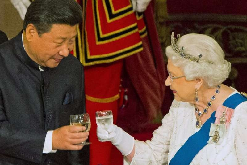 2015年5月11日,英中關係「黃金時代」,英國女王伊麗莎白二世在白金漢宮招待到訪的中國國家主席習近平。(BBC)