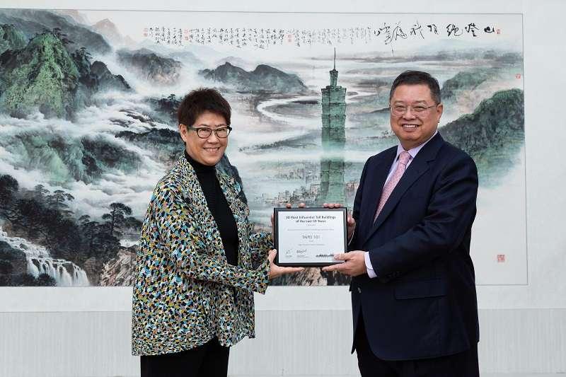 台北101榮獲CTBUH頒贈「全球50最具影響力高層建築」,台北101現任總經理張振亞將獎座致贈給前任總經理林鴻明表達感謝。(圖片來源/優新聞)