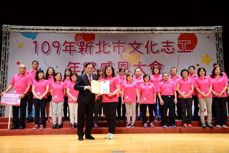 由新北市副市長吳明機(左)頒獎給今年度傑出文化志工。(圖/新北市文化局提供)