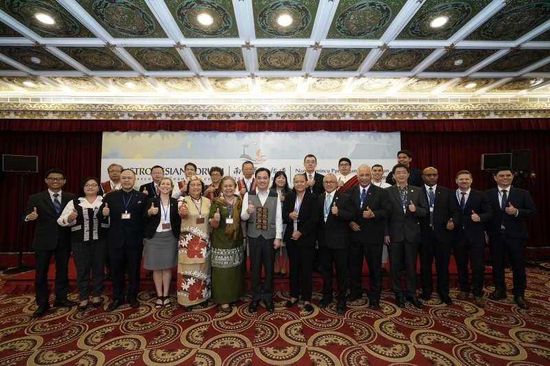 原住民族委員會今日與南島民族論壇會員駐臺使節代表,在臺北召開「2020年執行委員會議」,由論壇執行委員會夷將Icyang主席主持。(圖/原民會提供)