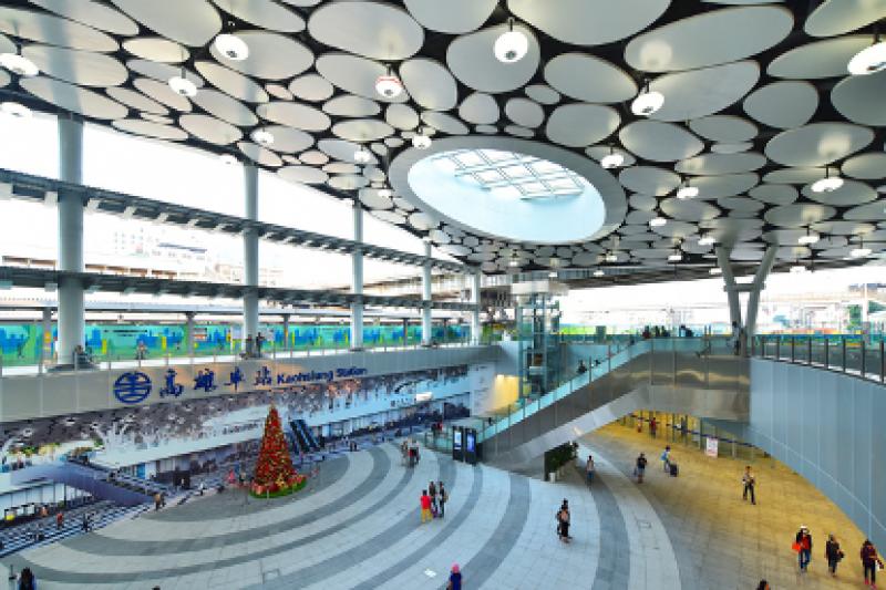 新高雄車站採天棚設計,綠蔭設計的天棚像是無限伸展的手臂,延伸到車站周邊每個角落。(圖/興富發博愛提供)