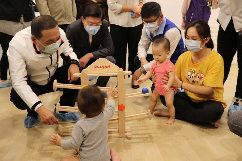 侯友宜和小孩玩手眼協調的滾球遊戲。(圖/新北市社會局提供)