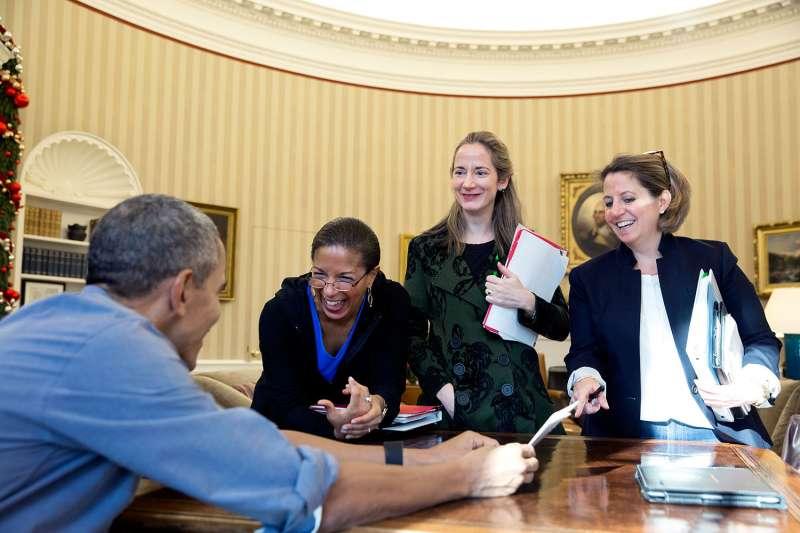 海恩斯(Avril Haines,右二)有望成為美國第一位女性國家情報總監(DNI)(AP)