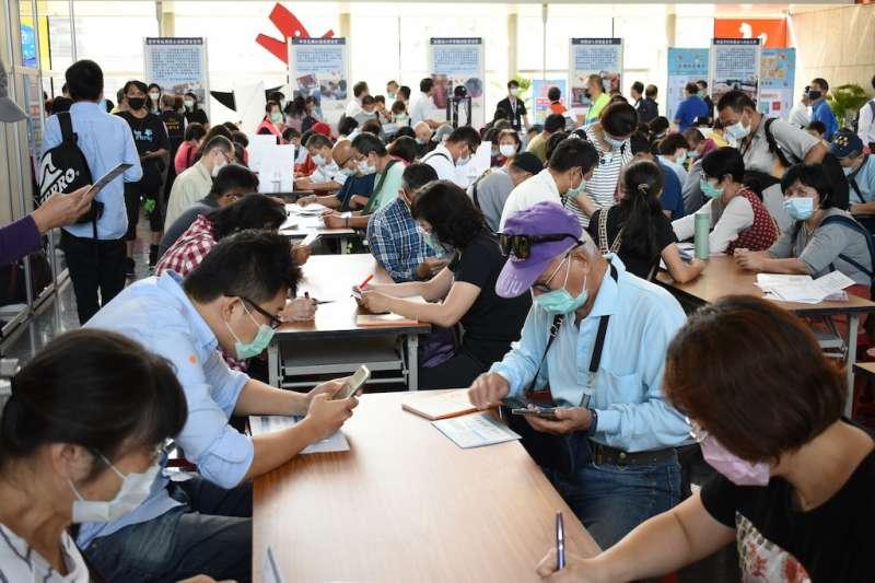 臺中市府勞工局推出三大措施鼓勵中高齡就業,其中辦理中高齡就博會就吸引民眾踴躍求職。(圖/台中市政府提供)