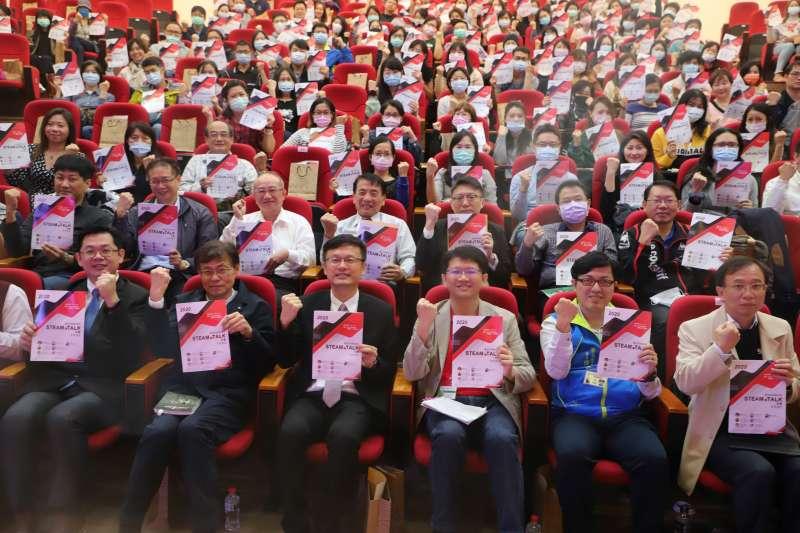 教育局局長張明文、前副局長蔣偉民與出席活動貴賓合影。(圖/新北市教育局提供)