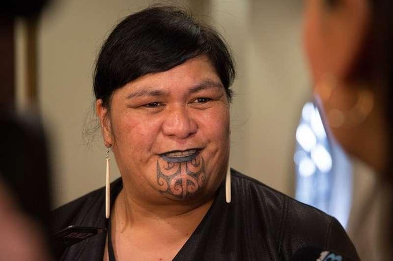 紐西蘭外交部長馬胡塔(Nanaia Mahuta)是紐國首位原住民女性外長,下巴的毛利紋面圖騰更是吸睛。(取自Twitter@MFATNZ)