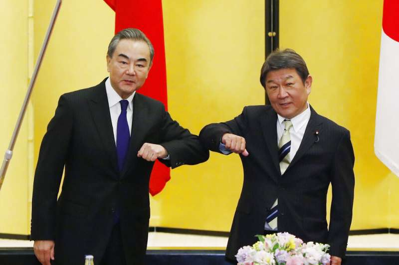 中國外長王毅在東京與日本外相茂木敏充舉行會晤。(美聯社)