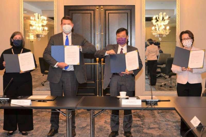駐美代表蕭美琴(右一)、經濟部次長陳正祺(右二)與美國務次卿柯拉克(Keith Krach)(左二)共同見證MOU簽署。(翻攝自Bi-khim Hsiao蕭美琴Twitter)