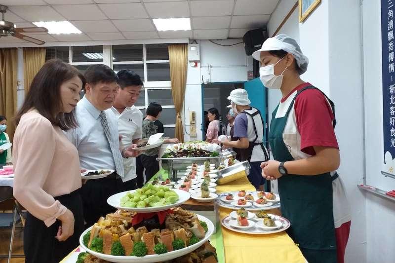 學生向客家局長林素琴及貴賓介紹製作的客家料理。(圖/新北市客家局提供)
