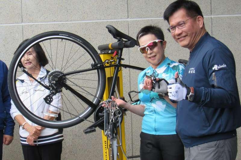 為解決車友騎車在外遇到車輛故障卻無計可施的痛點,自行車新文化基金會特別請廠商特製自行車「維修樁」捐贈與交通部。(圖/趙筱蓓)