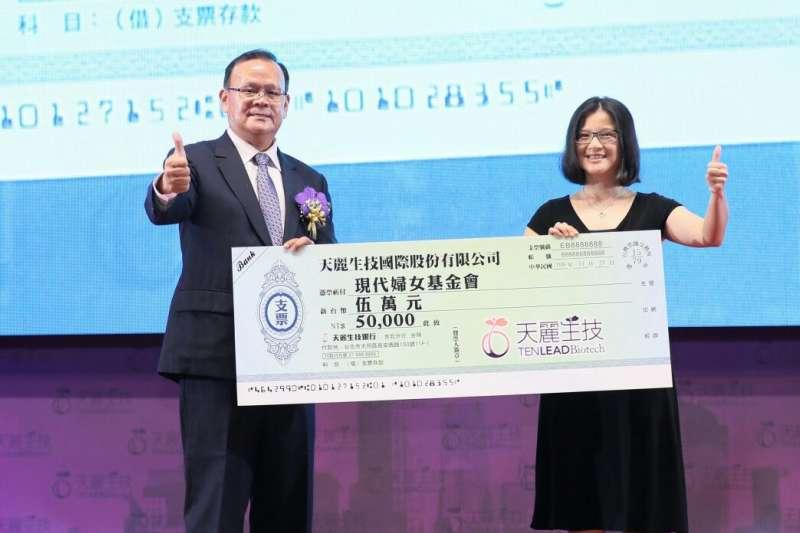 天麗生技執行長王宗易捐贈,由現代婦女基金會吳姿瑩執行秘書代表受贈。(圖/天麗生技提供)