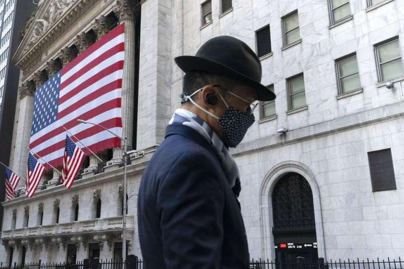 華爾街上一位戴著口罩的行人。(美聯社)
