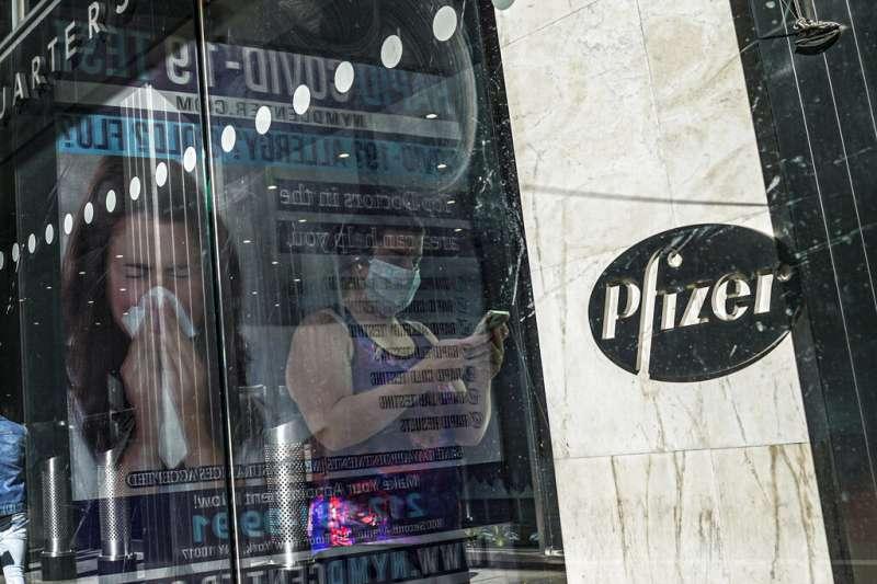 美國輝瑞藥廠(Pfizer)與德國生技公司BioNTech所研發的新冠肺炎疫苗,深受世人矚目。(美聯社)