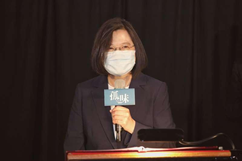 總統蔡英文今(26)日中午,在台北華納威秀影城包場,邀請小英之友會、黨中央婦女部及青年部的志工一同觀賞《孤味》。(圖/民進黨中央提供)