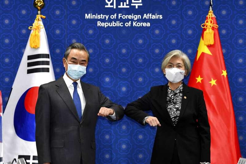 中國外交部長王毅出訪南韓,會晤南韓外長康京和。(美聯社)