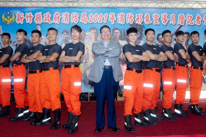 新竹縣長楊文科與2021消防月曆猛男美女合影。(圖/新竹縣政府提供)