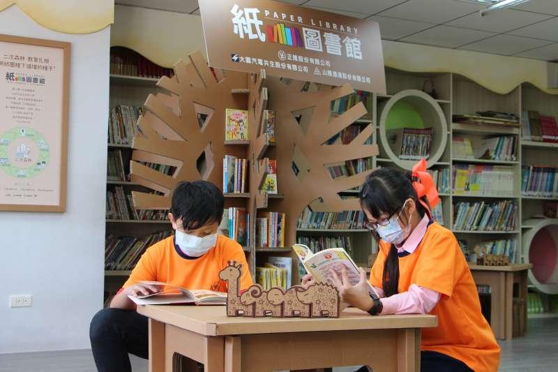 積穗國小學生徜徉在紙圖書館閱讀世界。(圖/新北市教育局提供)