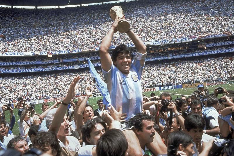 阿根廷足球巨星馬拉度納(Diego Maradona)1986年率國家隊奪得世界盃(AP)