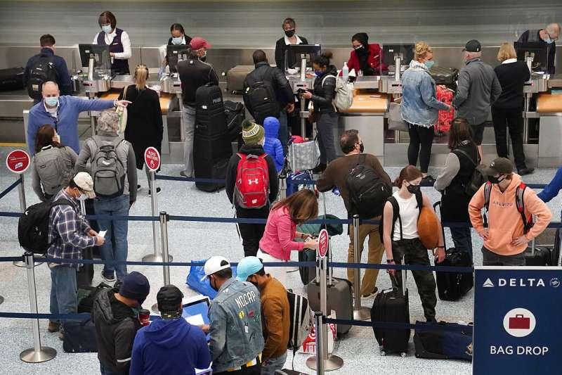 2020年11月25日,明尼阿波利斯的聖保羅國際機場。數以百萬計的美國人在感恩節前夕趕搭飛機返鄉,被認為可能進一步推高美國疫情。(美聯社)