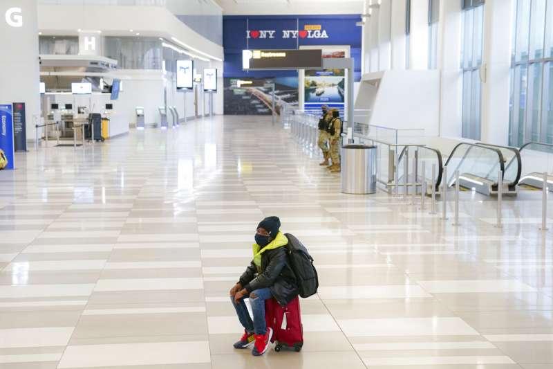 2020年11月25日,紐約皇后區的拉瓜迪亞機場。數以百萬計的美國人在感恩節前夕趕搭飛機返鄉,被認為可能進一步推高美國疫情。(美聯社)