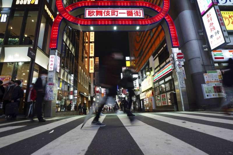 東京新宿的歌舞伎町一番街入口。(美聯社)