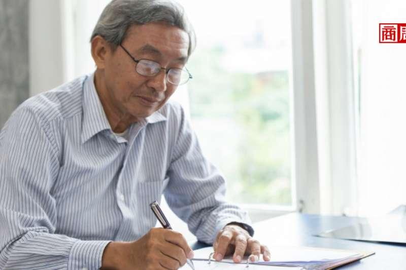 日本大叔開始求變,其實和職場的外在環境息息相關。(圖片來源/商業周刊)