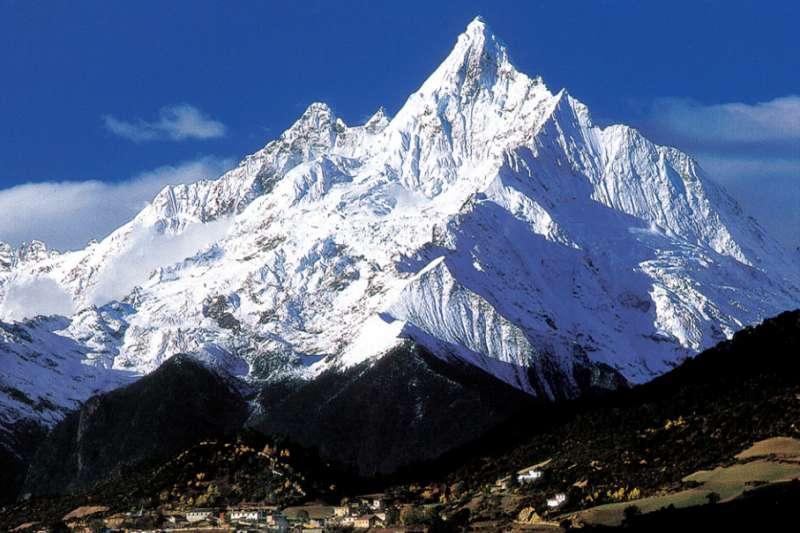 山友稱梅里雪山主峰卡瓦格博為「不眠山」,除了山勢險峻、天氣變化莫測,它也奪走了17條中、日登山專家的性命。