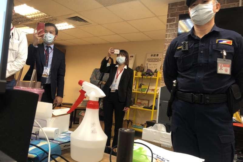 20201127-台北市議員林穎孟27日大動作找來律師,解僱2名辦公室主任,議會駐衛警在場維護秩序。(讀者提供)