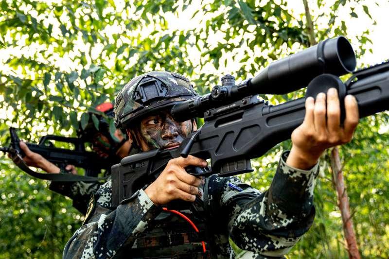 中國武警廣西總隊的狙擊手正在進行潛伏狙擊演練。(中國軍網)