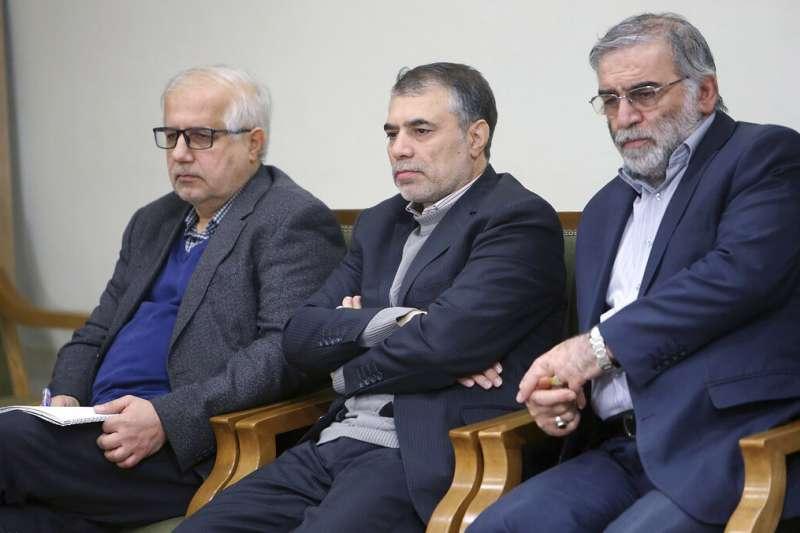 伊朗核計畫的首席科學家法克里薩德(Mohsen Fakhrizadeh ,右)2019年參加伊朗最高領導人哈米尼(Ayatollah Ali Khamenei)主持的一場會議。(美聯社)