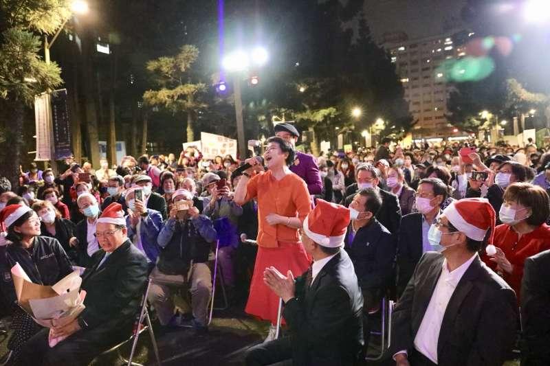 在璀璨亮眼的聖誕樹下,由聲樂家簡文秀獻唱,全場如癡如醉。(圖/億光提供)