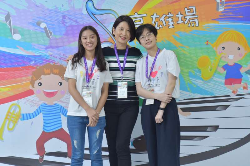 本活動的主持工作由兒慈畢業的大孩子擔任,陳莉文同學(右)是100年度的總統教育獎得主,劉能禕同學(左)則具有極大繪畫天份。(圖/社團法人中華民國兒童慈善協會提供)