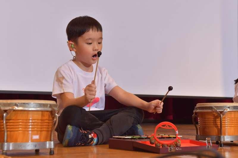 聽損孩子透過音樂的學習更可以強化聲音訊息的處理。(圖/社團法人中華民國兒童慈善協會提供)