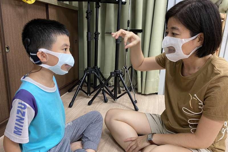 為聽損人士制定的「透明」友善口罩,將改善聽損兒疫情期間的學習障礙。(圖/社團法人中華民國兒童慈善協會提供)