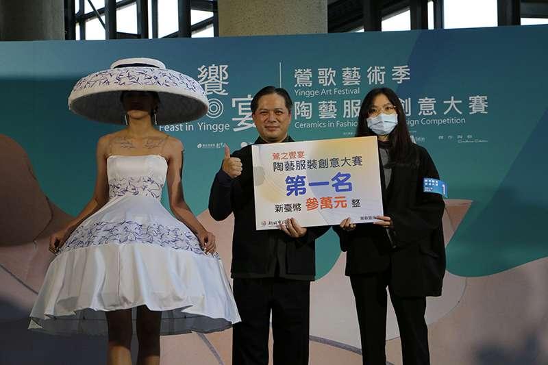 第一名由陳怡君的「知否」參賽作品拿下,並由吳明機副市長進行頒獎。(圖/新北市文化局提供)