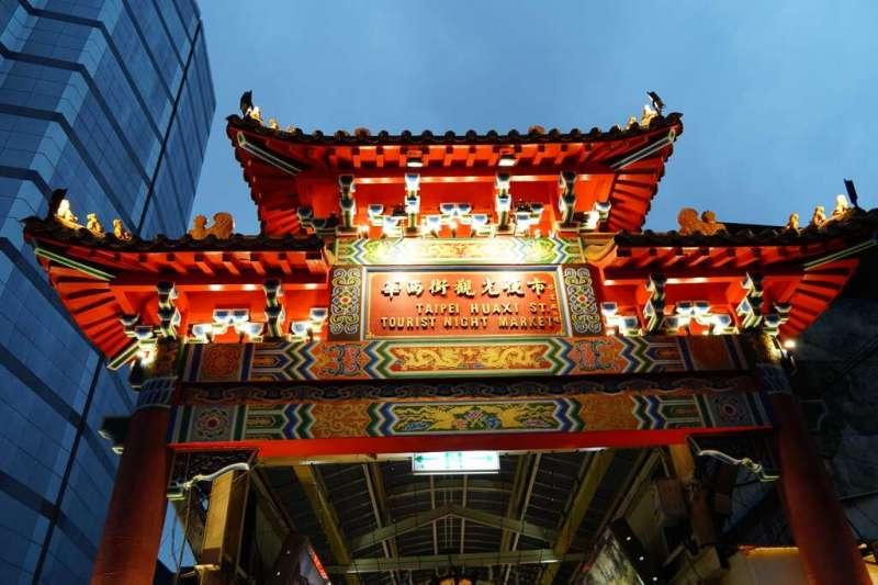 華西街觀光夜市新舊交融的獨特氛圍深受觀光客喜愛,除了享受美食,也別錯過這些行程!(圖/台北旅遊網)