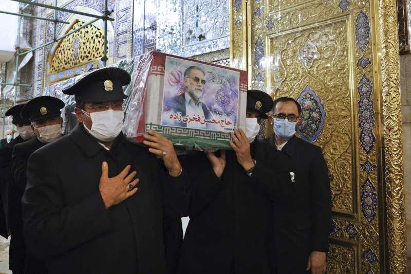 伊朗核武科學家法克里薩德疑遭以色列殺害,圖為他的喪禮(AP)