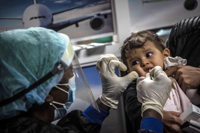 墨西哥一名寶寶正在接受新冠病毒檢測。(AP)