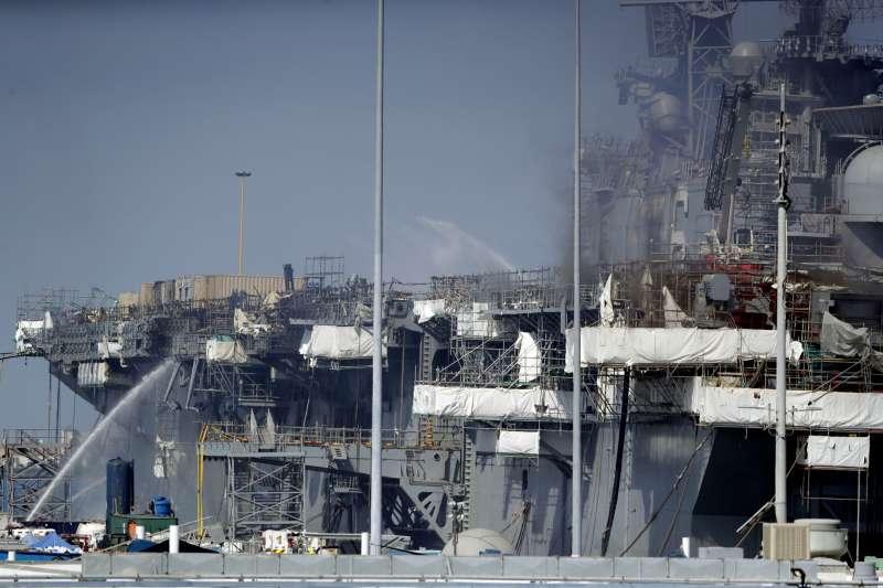 2020年7月12日,美國海軍兩棲突擊艦「好人理查號」(USS Bonhomme Richard)突然爆炸起火(AP)