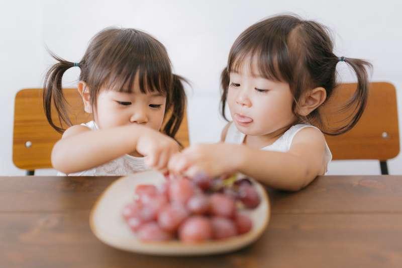 長輩們常說「小時候的胖不是胖」,然而這種觀念其實是一種迷思。(圖/取自PAKUTASO)