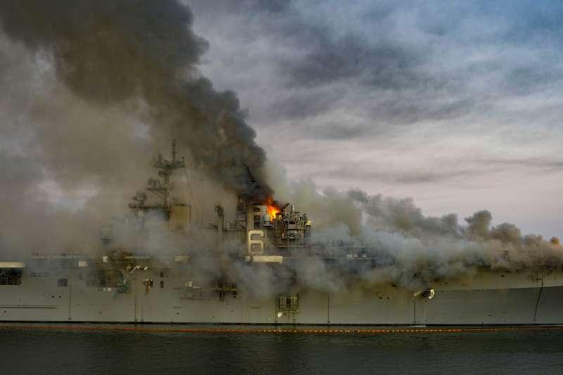 2020年7月12日,美國海軍兩棲突擊艦「好人理查號」(USS Bonhomme Richard)突然爆炸起火(Wikipedia / Public Domain)