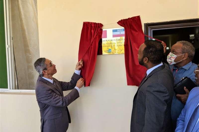 台灣駐索馬利蘭技術團由台灣代表羅震華(左)及索馬利蘭代理外長歐斯曼揭牌(台灣駐索馬利蘭代表處提供)