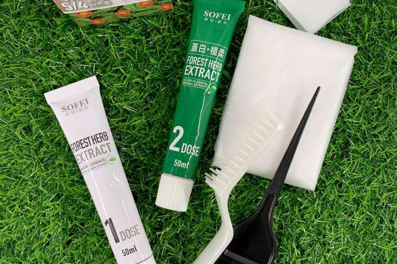 白髮煩惱困擾許多愛美女性,業者推出在家即可方便使用的染髮產品。(圖/SOFEI舒妃提供)