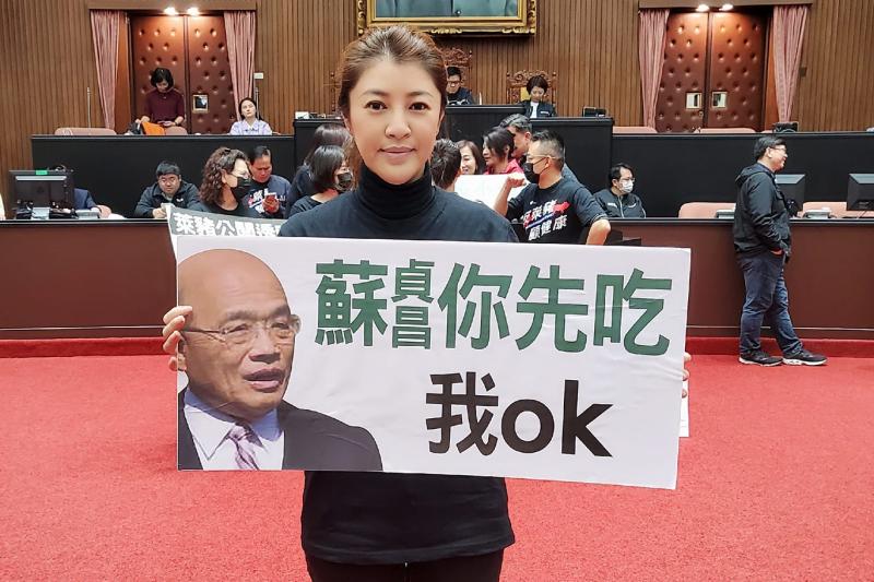 立委許淑華(見圖)日前在立院議場手持「蘇貞昌你先吃,我ok」的圖卡表態反萊豬。(取自許淑華臉書)