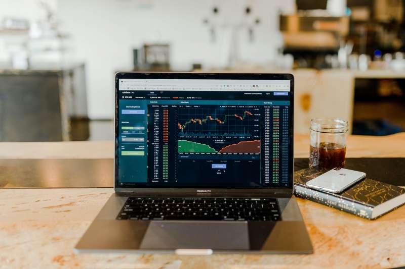 面對股市突如其來的大跌,投資人究竟該如何應對?(示意圖/資料照)